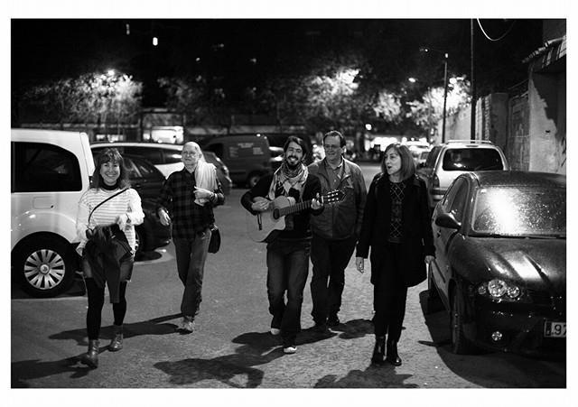 Como premio a la puntualidad, aquellos que lleguen a su hora (las 20.00) a la entrada del Carrer del Paraguay, serán recogidos por nuestra Guitarrista de Hamelin, que les acompañará, mientras toca unos temas, a la entrada escondida de nuestro plató.